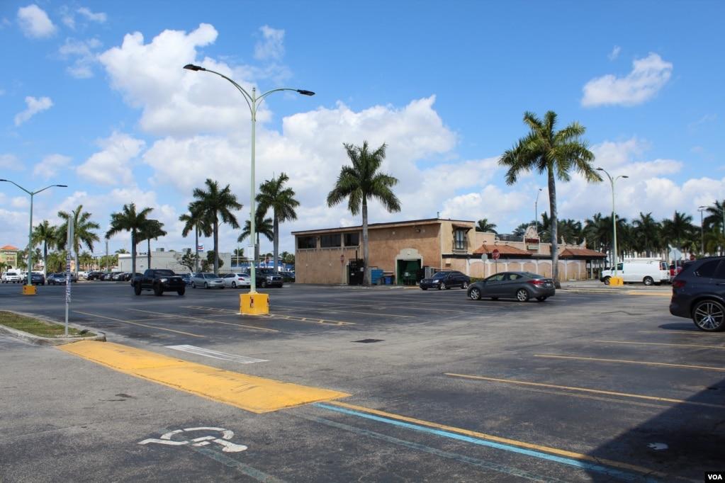"""El parqueo del restaurante La Carreta, ubicado en Brd. Road (Calle 40 del suroeste de Miami) permanece prácticamente vacío desde que la instalación solo oferta sus alimentos """"para llevar"""", debido a las medidas para enfrentar el coronavirus.[Foto: Luis Felipe Rojas/ Voa Noticias]."""
