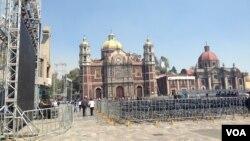 Alrededor de 20 mil boletos se han distribuido entre los fieles de las parroquias católicas para que puedan ingresar al Zócalo. [Foto: Celia Mendoza, VOA].