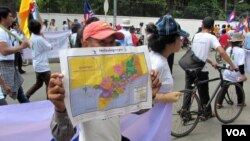 "A man shows the map of Kampuchea Krom or ""Lower Cambodia"" during a demonstration to demand an apology from the Vietnamese Embassy in Phnom Penh, Monday, July 21, 2014. (Suy Heimkhemra/VOA Khmer)"