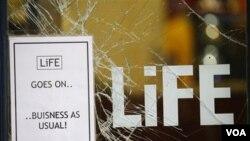 Sebuah kaca toko di kota Manchester retak akibat kerusuhan (10/8). Situasi keamanan di Inggris menimbulkan tanda-tanya mengenai jadwal pembukaan liga utama Inggris.