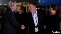 Državni sekretar SAD Mike Pompeo i njegova supruga Susan pozdravljaju se sa predstavnikom Ministarstva spoljnih poslova Egipta Redom Habibom Ibrahimom Zakijem i otpravnikom poslova ambasade SAD Tomom Goldbergerom, nakon dolaska u Kairo, 9. januar 2019.