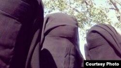 Seseorang dengan akun @_UmmWaqqas memasang foto ini di Twitter, dan menyebut teman-temannya @UmmLayth_, Umm Haritha dan Umm Ubaydiah, para anggota perempuan ISIS.
