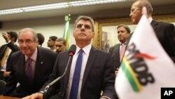 Para pejabat partai politik terbesar Brazil, PMDB melakukan rapat di kota Brasilia (29/3). PMDB memutuskan keluar dari koalisi pemerintahan.