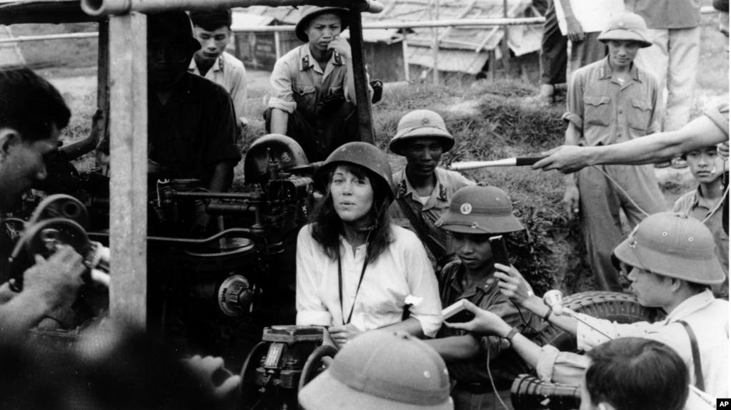 Nữ diễn viên-nhà hoạt động Mỹ Jane Fonda ngồi trên họng súng cao xạ của quân đội Bắc Việt và hát bài hát phản chiến trong chuyến thăm Hà Nội vào tháng 7 năm 1972.