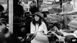 """Diễn viên và nhà hoạt động Mỹ Jane Fonda hát bên những người lính và phóng viên trong chuyến thăm tới Hà Nội tháng 7/1972. Mặc dù chuyến thăm này gây nhiều tranh cãi nhưng bà nói không """"hối hận"""" vì đã tới Việt Nam."""