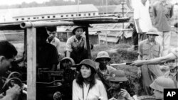 Nữ diễn viên Mỹ Jane Fonda ngồi trên nòng súng phòng không, hát một bài ca phản chiến tặng bộ đội miền Bắc gần Hà Nội trong chiến tranh Việt Nam vào tháng 7/1972. Hành động phản chiến của bà bị nhiều cựu chiến binh Mỹ coi là hành động 'phản bội'