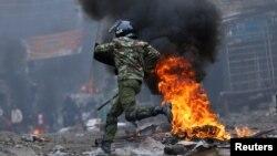 Un policier pourchasse des manifestants pro-Raila Odinga durant les troubles éclatés après la publication de la victoire du président sortant Uhuru Kenyatta à Mathare, Nairobi, Kenya, 12 août 2017.