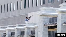 Озброєний чоловік біля будівлі іранського парламенту