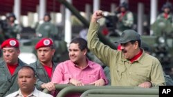 Nicolas Maduro Jr (tengah) menemani ayahnya, Presiden Venezuela Nicolas Maduro, saat parade militer di Caracas, Venezuela, 28 Juni 2019.