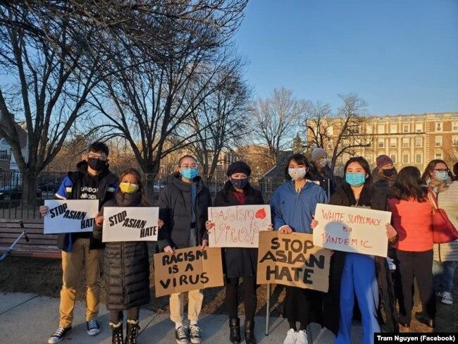 Dân biểu Trâm Nguyễn (thứ 4, từ trái sang) tham gia sự kiện lên án tội ác thù hận nhắm vào người gốc Á-Thái Bình Dương.