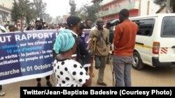 Bato batambolaki na mpo na kosenga botiami na mosala ya rapport mapping ya ONU, na Bukavu, Sud-Kivu, 1er octobre 2020. (Twitter/Jean-Baptiste Badesire)