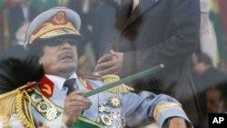 معمر قذافی طرابلس میں فوجی پریڈ کا معائنہ کررہے ہیں۔ فائل فوٹو