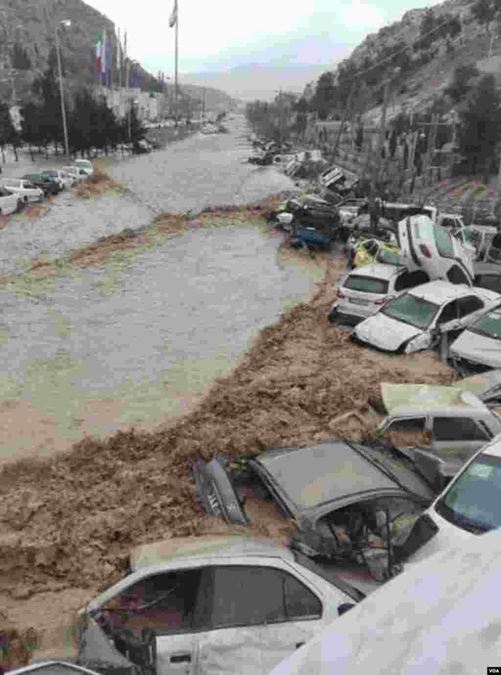 عکس ارسالی از سیل در شیراز؛ ساخت خیابان و پارکینگ در مسیل، در ورودی شیراز، موجب شد خسارات مالی و جانی سیلاب به شهروندان شد.