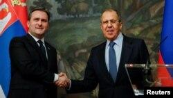 Ministar spoljnih poslova Rusije Sergej Lavrov (desno) rukuje se sa ministrom spoljnih poslova Srbije Nikolom Selakovićem na konferenciji za štampu nakon njihovog sastanka u Moskvi, Rusija, 16. aprila 2021. (Foto: Rojters, Juri Kočetkov)