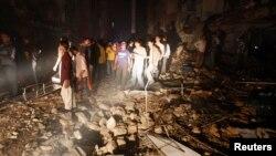 3月3日救援人员和居在赶卡拉奇的爆炸现场