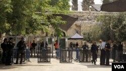 ພວກເຈົ້າໜ້າທີ່ ທະຫານອິສຣາແອລ ຢືນຢູ່ໃກ້ກັບ ບ່່ອນ ຕິດຕັ້ງ ກ້ອງຖ່າຍຮູບໃໝ່ ໃກ້ກັບທາງເຂົ້າວັດ Al Aqsa Mosque.
