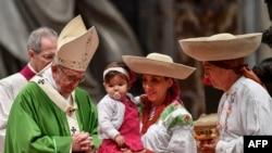 Le pape François lors de la messe pour la Journée des migrants et des réfugiés, le 14 janvier 2018, à la basilique Saint-Pierre.