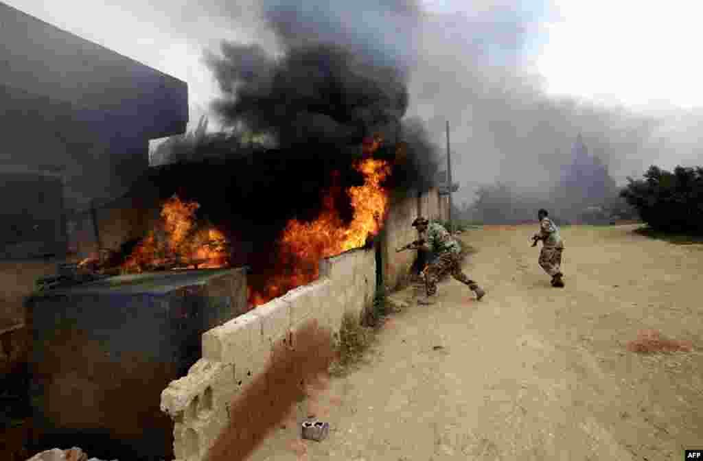 Урядові солдати поблизу містечка Кусаір, яке контролюють повстанці.