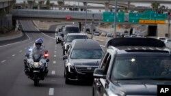 D9a2on xe chở linh cữu của Thượng nghị sĩ John McCain đi từ tòa nhà lập pháp bang Arizona ở Phoenix tới Nhà thờ Baptist Bắc Phoenix để cử hàng lễ tưởng niệm, ngày 30 tháng 8, 2018 ở Phoenix, bang Arizona.