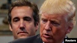 Ông Donald Trump, lúc đó là ứng cử viên tổng thống của đảng Cộng hòa, và luật sư riêng Michael Cohen (phía sau) trong thời gian tranh cử vào tháng 9/2016.