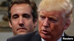 Tổng thống Donald Trump và luật sư Michael Cohen (đứng sau).