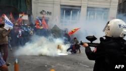 Polisi anti huru-hara membubarkan para demonstran dengan gas air mata dan peluru karet dalam aksi unjuk rasa di Istanbul (14/5). Para demonstran tersebut menyerukan protes menentang standar keselamatan pekerja tambang yang buruk di negara itu.
