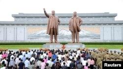광복 72주년을 맞은 지난 15일 북한 군인들과 각 계층 근로자, 청소년 등이 북한 평양 만수대 언덕에 있는 김일성·김정일 부자 동상을 참배했다.