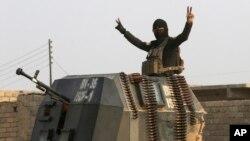 جشن یک نیروی عراقی بعد از شکست داعش در موصل