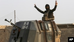 """伊拉克麼蘇爾一名""""伊斯蘭國""""激進組織暴力聖戰者展示勝利手勢。哥倫布市居民艾倫特拉維斯丹尼爾斯試圖加入該組織。"""