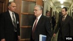 Perdana Menteri Yunani Lucas Papademos (tengah) menghadiri sidang parlemen Yunani di Athena (Foto: dok).
