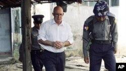ຕຳຫຼວດມຽນມາຄຸມຕົວນາຍ Ross Dunkley ຜູ້ກໍ່ຕັ້ງແລະບັນນາທິການ ໜັງສືພິມພາສາອັງກິດ Myanmar Times ໄປຂຶ້ນສານ (3 ມີນາ 2011)