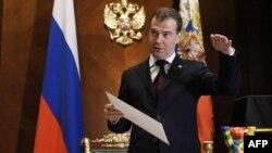 Tổng thống Dmitry Medvedev đã loan báo kế hoạch tăng gấp 3 ngân sách lương bổng của quân đội cho năm tới
