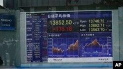 Papan elektronik di salah satu perusahaan sekuritas di Tokyo ini menampilkan harga saham dunia tanggal 1 Juli 2013 (Foto: dok). Para investor saham prihatin kerusuhan Mesir berpotensi mengganggu suplai minyak mentah dunia, Rabu (3/7).