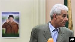 A wan nan hoto Ministan harkokin wajen Libya Moussa Kussa yake ganawa da 'Yan Jarida a wani O'tel a Tripoli.