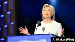 Kandidat presiden Amerika dari Partai Demokrat Hillary Clinton berpidato pada hari terakhir Konvensi Nasional Partai Demokrat di Philadelphia, Kamis (28/7). (VOA/A. Shaker)