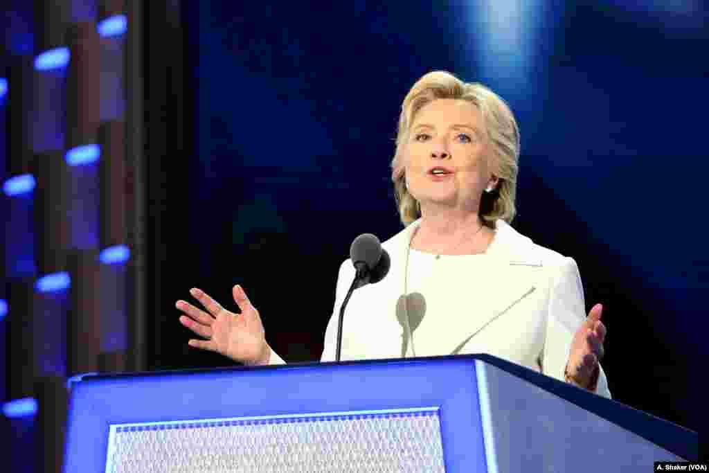 Hillary Clinton oo aqbashay musharaxnimada xisbiga dimoqraadiga. Philadelphia, July 28, 2016. (A. Shaker/VOA)