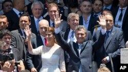 El presidente argentino, Mauricio Macri, y su esposa, la primera dama Juliana Awada, saludan a sus seguidores al salir del Congreso en Buenos Aires, tras la ceremonia de juramentación, el jueves, 10 de diciembre de 2015.