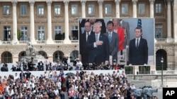 Prezidan Donald Trump ak Prezidan fransè a Emmanuel Macron, pandan yo t ap asiste parad Jounen La Bastille la sou plas Champs Elysees a nan Pari, nan dat 14 jiyè 2017. (Foto: Achiv).