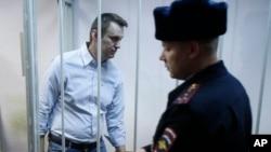 Aktivis anti-Kremlin Rusia, Alexei Navalny, di balik jeruji pengadilan di Moskow. (Foto: Dok)