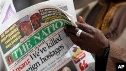 3월 10일 나이지리아 카노에서 현지인이 '7명의 외국인 인질 살해'라는 제목의 신문을 읽고 있다 (자료 사진)