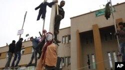 Protes anti-Gaddafi di luar gedung pengadilan di Benghazi (foto dok. tahun 2011). Dua ledakan besar menghantam gedung pengadilan ini Minggu 28/7.