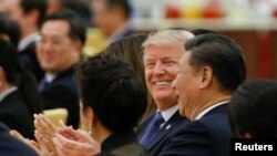 Presiden Amerika Donald Trump dan Presiden China Xi Jinping menghadiri jamuan makan malam kenegaraan di the Great Hall of the People di Beijing, 9 November 2017.