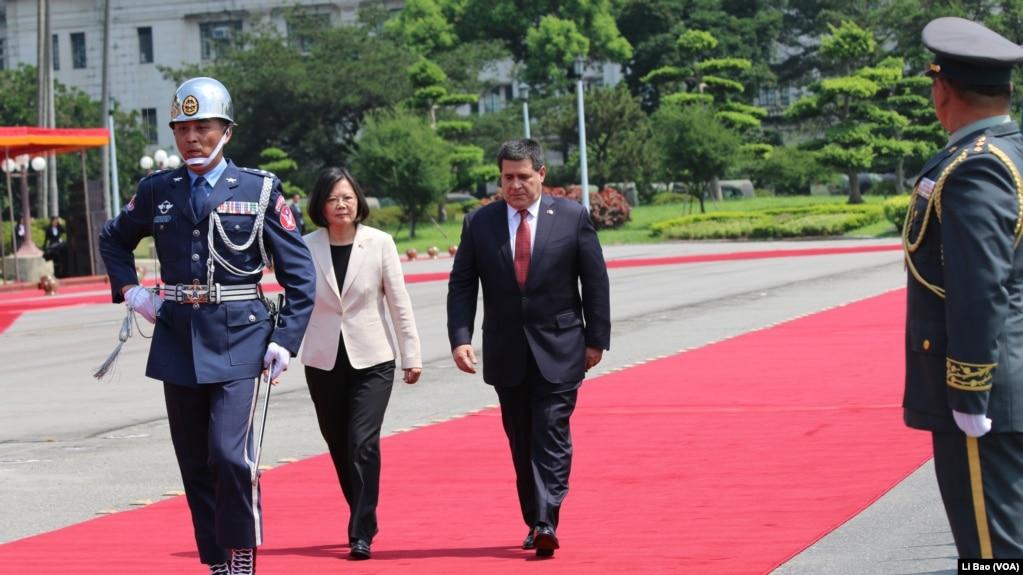 巴拉圭總統卡特斯與台灣總統蔡英文2017年7月12日檢閱三軍儀仗隊(美國之音黎堡攝)