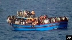 Migranti na brodu u Sredozemnom moru (arhiva)