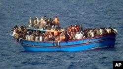 2014年6月29日,意大利海軍發布的圖片顯示,意大利海軍在地中海發現一艘滿載難民的船隻。