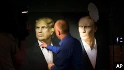2016年11月9日,一名记者在莫斯科指着川普和普京的画像