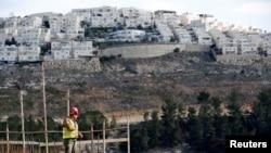 Un site de construction dans une colonie israelienne de Ramot site in the Israeli settlement of Ramot, as the Israeli settlement of Ramat Shlomo is seen in the background, in an area of the occupied West Bank that Israel annexed to Jerusalem, Jan. 22, 2017.