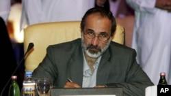 叙利亚全国委员会2012年11月11日同意组建新的反对派联盟组织之后,新当选的组织主席哈提卜教长在摄像机前留影