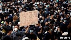 Những người biểu tình bên ngoài trụ sở chính ở Hong Kong hôm 21/6. Các nhà hoạt động ở đặc khu này đang gây quỹ để đưa dự luật dẫn độ gây tranh cãi vào nghị trình cuộc họp G20 sẽ diễn ra trong tuần này ở Nhật Bản.