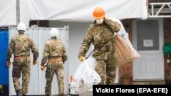 Военные специалисты демонтируют кровлю дома Скрипалей в Солсбери. 4 февраля 2019 г.